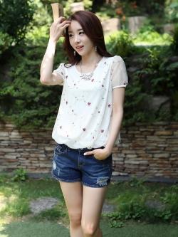 เสื้อแฟชั่นเกาหลี ปักลายดอกไม้ลายเล็ก เนื้อผ้าชีฟอง มีซับใน สีขาว
