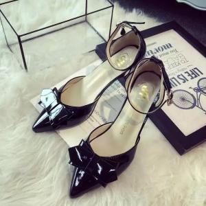 รองเท้าหนังสีดำติดโบว์