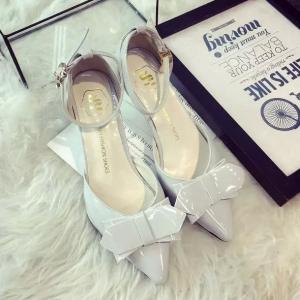 รองเท้าหนังสีขาวติดโบว์