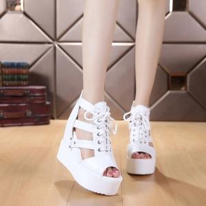 รองเท้าหุ้มส้นสไตล์เกาหลีสีขาว