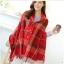 ผ้าพันคอลายแคชเมียร์เป็นผ้าคลุมไหล่ได้ แต่งลายสก๊อตสีโทนแดง มีกระดุม thumbnail 3