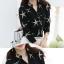 เสื้อแฟชั่นเกาหลี ทรงเชิต เย็บแต่งแบบคอจีน พิมพ์ลายตามภาพ พื้นสีดำ thumbnail 4