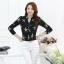 เสื้อแฟชั่นเกาหลี ทรงเชิต เย็บแต่งแบบคอจีน พิมพ์ลายตามภาพ พื้นสีดำ thumbnail 2