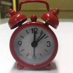 นาฬิกาปลุกจิ๋วๆ สีแดง 4*6*1.8cm พร้อมถ่านกระดุม LR44