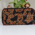 Kipling Uzaio Floral Metallic เป็นกระเป๋าสตางค์ใบยาวแบบ 2 ซิปรอบ ขนาด 10 L x 18.5 H x 3.5 W cm