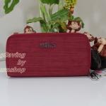 Kipling Uzario Dazz Red เป็นกระเป๋าสตางค์ใบยาวแบบ 2 ซิปรอบ ขนาด 10 L x 18.5 H x 3.5 W cm